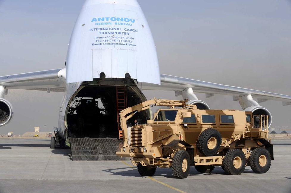 Uno de los 5 Buffalo perteneciente a la Armée de Terre francés en su llegada a Afganistán. El gran peso de estos vehículos es una de sus restricciones para su transporte aéreo, siendo capaz de ser aerotransportado por aeronaves del tipo Antonov An-124, como en la imagen.