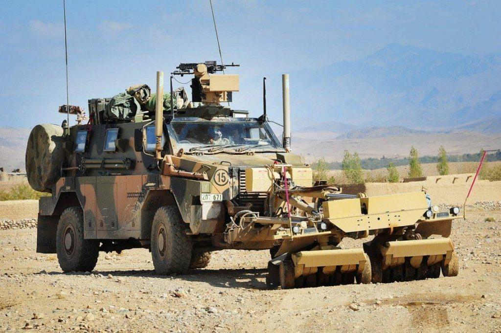Bushmaster PMV (Protected Mobility Vehicle) perteneciente al 3rd RAR durante una misión de limpieza de caminos en el distrito de Tarin Kot, provincia de Uruzgan, Afganistán. Basado en un diseño de Timoney Technology, el mismo fue comprado por la subsidiaria australiana de Thales para cumplir con el pedido del Royal Australian Army por un vehículo de transporte de tropas a ruedas. Se emplearía un diseño monocasco, con un blindaje capaz de resistir impactos de munición calibre 7,62mm, teniendo una capacidad para 9 soldados (incluido los 2 tripulantes). Posee la capacidad para ser armado con ametralladoras medias o pesadas o ser equipado con una estación remota de armamento. El 1er prototipo fue fabricado en el año 1998, iniciando su producción en serie en el 2004. Además de Australia, es empleado por Holanda, Jamaica y Japon. Bajo bandera australiana sería desplegado en Irak y Afganistán (en este último caso, también junto a los holandeses), demostrando ser un vehículo resistente y fiable. Foto: Royal Australian Army - Leading Seaman Andrew Dakin, 1st Joint Public Affairs Unit.