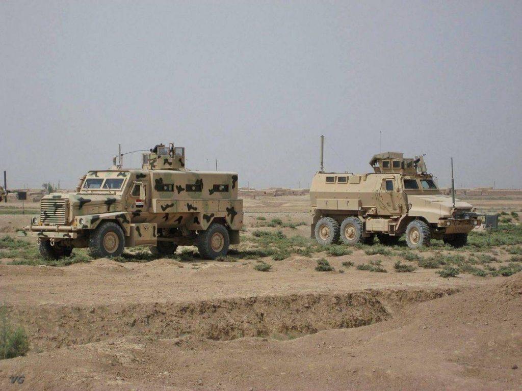 Caiman junto a un Cougar ILAV perteneciente al ejército iraquí. La diferencia de equipamiento entre ambos vehículos es notable, careciendo el ILAV de contramedidas Rhino y CREW. Foto: VG.