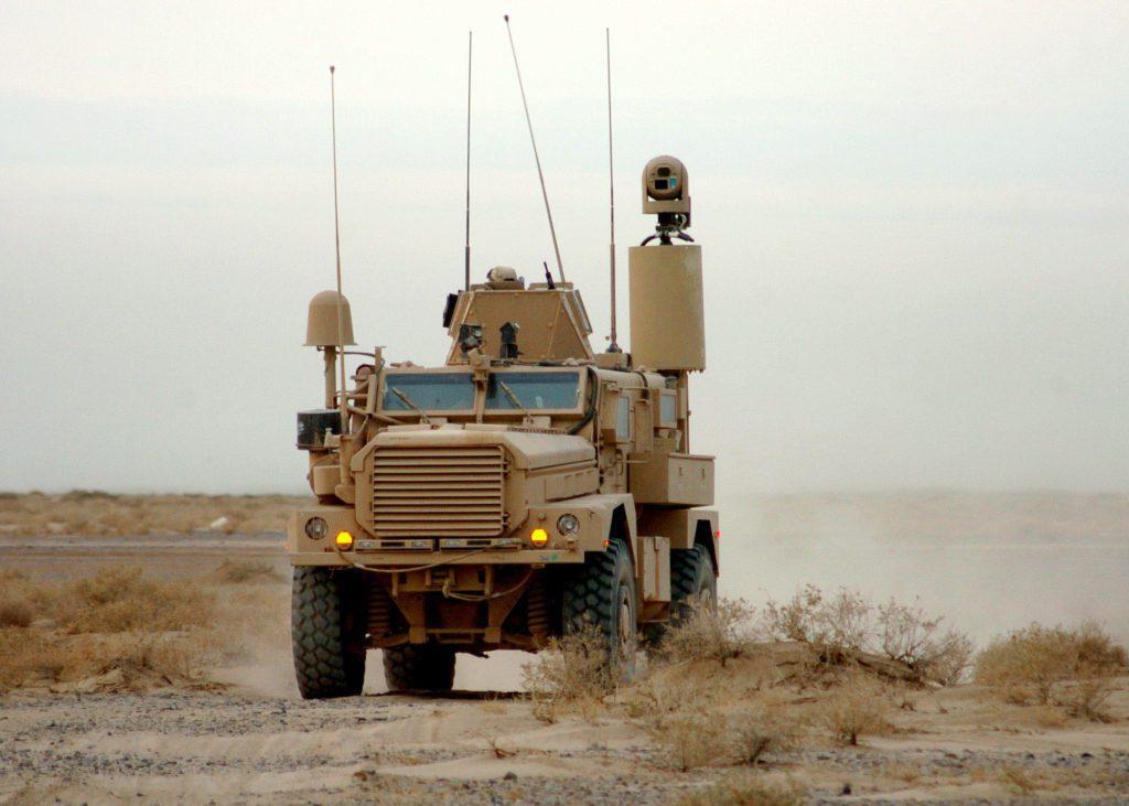Los Ingenieros navales o Seabees hicieron amplio uso de los MRAP. En este caso, un Cougar ISS (suspensión idenpendiente) asignado al NMBC 74 transita por el árido terreno de la provincia de Helmand. El vehículo cuenta con una mástil telescópico dotada con el sistema optrónico VOSS (Vehicle Optic Sensor System). Foto: U.S. Navy - Mass Communication Specialist 2nd Class Michael Lindsey.