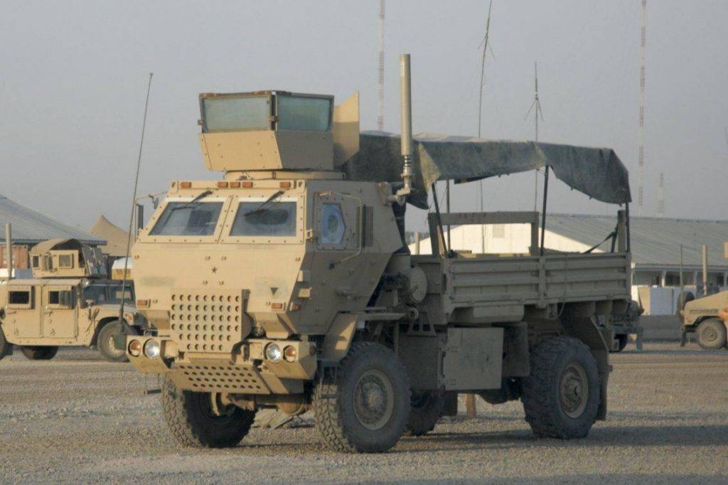 FMTV con el kit completo para operar en Irak: LSAC (Low Signature Armored Cab), torreta blindada para el artillero y equipo CREW de contramedidas electrónicas. Foto: Internet.