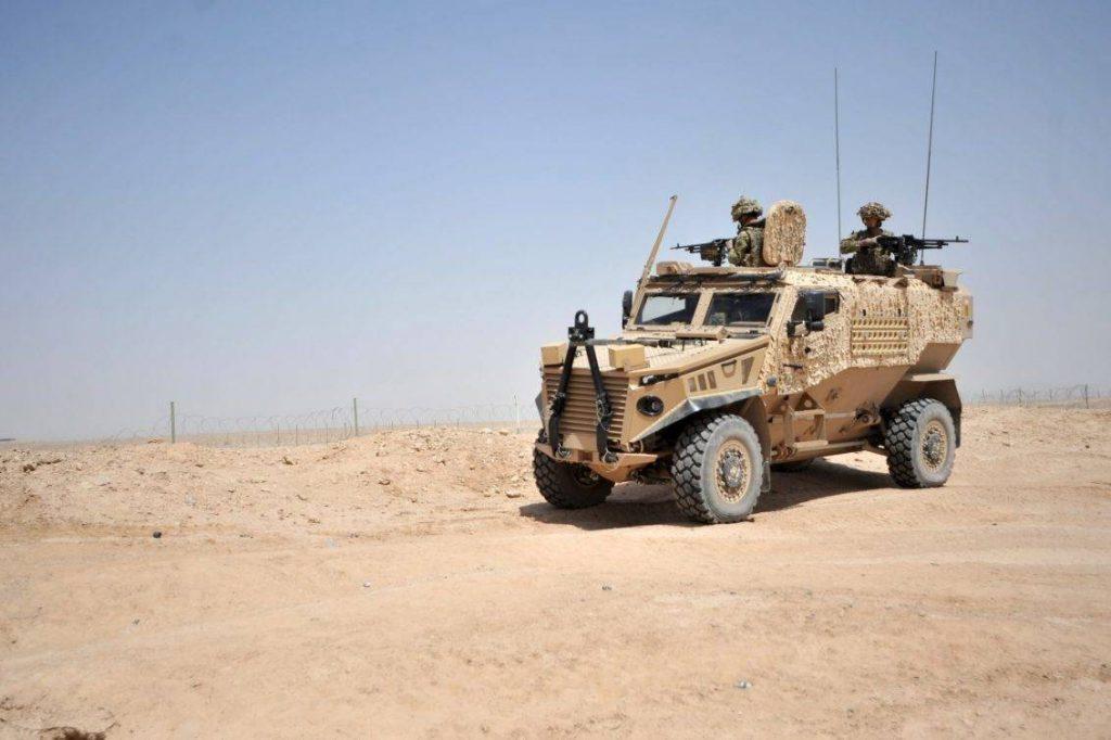 Soldados británicos realizan chequeo previo a sus GPMGs montadas en un Foxhound LPV, en el polígono de Camp Bastion, Helmand. Originalmente adquirido como un requisito operativo urgente, el Foxhound estaba diseñado específicamente para hacer frente a las amenazas de IED a las cuales tenían que enfrentarse a diario en la peligrosa provincia de Helmand. El vehículo fue diseñado, desarrollado y construido en el Reino Unido por Force Protection y Ricardo plc , junto con el equipo de socios del programa Ocelot, entre ellos Thales , QinetiQ , Formaplex , DSG y Sula. Una de las características es su diseño modular, el cual permite acomodar distintos tipos de pods según los requerimientos de la misión, y pueden ser configurados en solo 30 minutos. Entre las variantes se encuentra la de transporte utilitario, comando y como plataforma de armamento. Todos los componentes críticos, como transmisión, tanque de combustible y compartimiento de tropa, se encuentran protegidos por el casco en V, contando la cabina del conductor con blindaje compuesto. Con una tripulación de 2 personas y capaz de transportar 4 infantes equipados, el Foxhound tiene un peso 7,5 toneladas y es impulsado por un motor diese Steyr M16 que le proporciona 215hp. Foto: Sergeant Andy Reddy RLC.