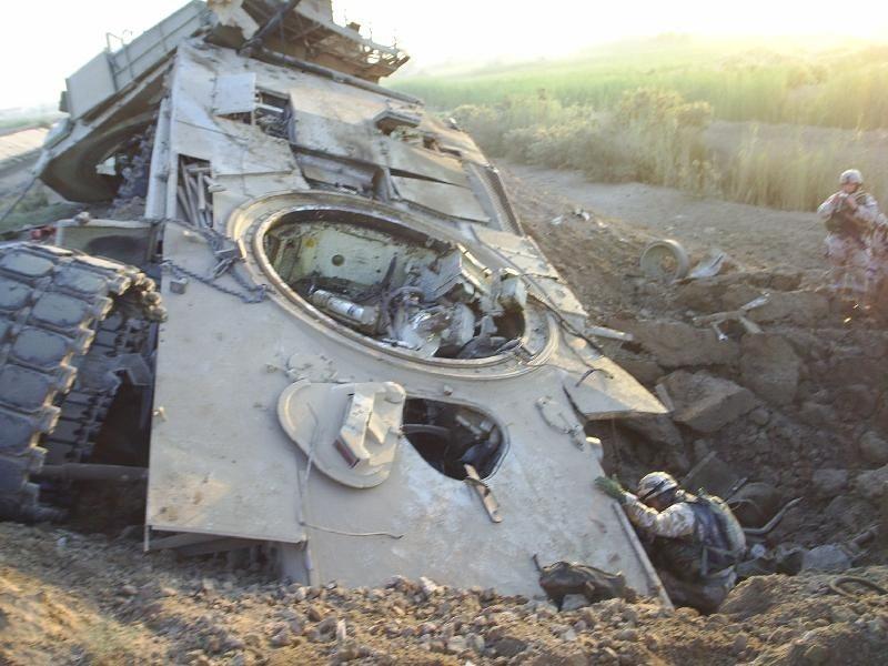 Este M-1A2 Abrams de la 3rd Infantry Division sufrió los terribles efectos de la explosión de un IED de más de 450 Kgs. Afortunadamente 2 miembros de la tripulación sobrevivirían a la deflagración. Uno de ellos fue su comandante, el Staff Sgt. Russ Marek . Queda demostrado que hasta los vehículos mejor blindados son vulnerables a este tipo de ataques. Foto: Space CoastDaily