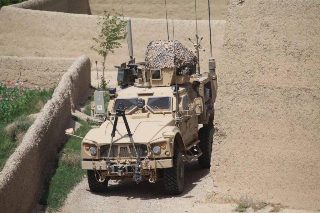 Marines asingandos al Battallion Landing Team 3/8 patrullan en su M-ATV la zona verde próxima al COP Oulette, en la provincia de Helmand, Afganistán. El M-ATV proporcionó una mejor capacidad para circular por ambientes restringidos a la que ofrecían los MRAP del programa inicial. Foto: USMC - Sgt. Jesse Johnson.