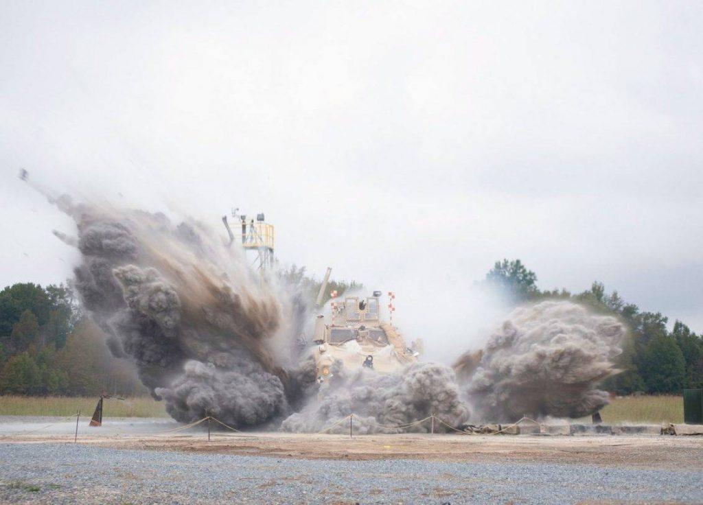La detonación de explosivos debajo de los vehículos MRAP fue una de las tantas pruebas que se realizaron en el Aberdeen Test Center en Maryland. En este caso, el que está siendo evaluado es un Oshkosh M-ATV. Se puede apreciar como parte de la deflagración es disipada hacia los costados. Foto: US Army Research Laboratory Public Affairs.