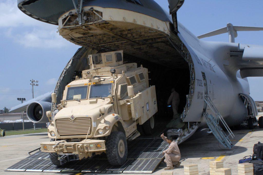 Un MaxxPro Plus desciende de un C-5A Galaxy del 22nd Airlift Squadron en la base de Osan, Corea del Sur. La 2nd Infantry Division recibió unos 80 de estos vehículos, pero los mismos serían devueltos luego de comprobar que no son aptos para el TO Coreano. Tanto el US Army como las demás fuerzas reducirán considerablemente sus flotas de vehículos MRAP ya que los mismo no encuentran cabida en la organización actual. Foto: U.S. Air Force - Tech. Sgt. Eric Petosky.