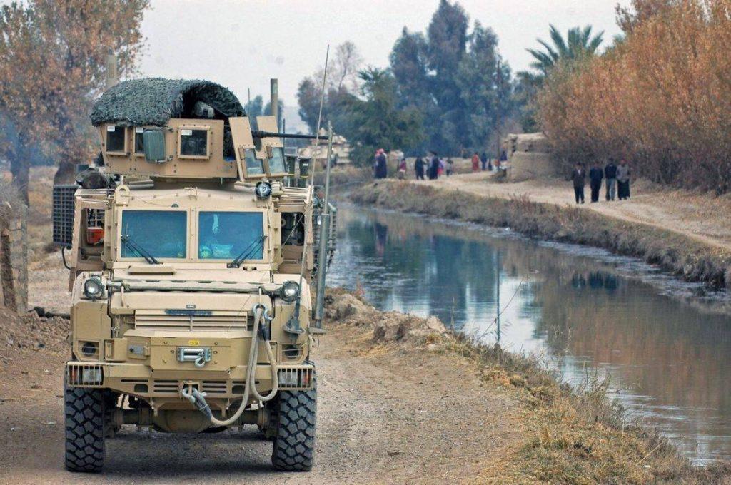 RG-31Mk5E perteneciente a la 4th Stryker Brigade Combat Team de la 2nd Infantry Division durante una patrulla en Irak. El peso de estos vehículos era una constante preocupación para sus conductores, ya que debían estar atentos al terreno, sobretodo cuando circulaban por la orilla de algún curso de agua. Se dieron incidentes en los cuales algún tripulante resultó ahogado luego de volcar hacia un río o arroyo. Foto: US Army - Spc John Crosby.