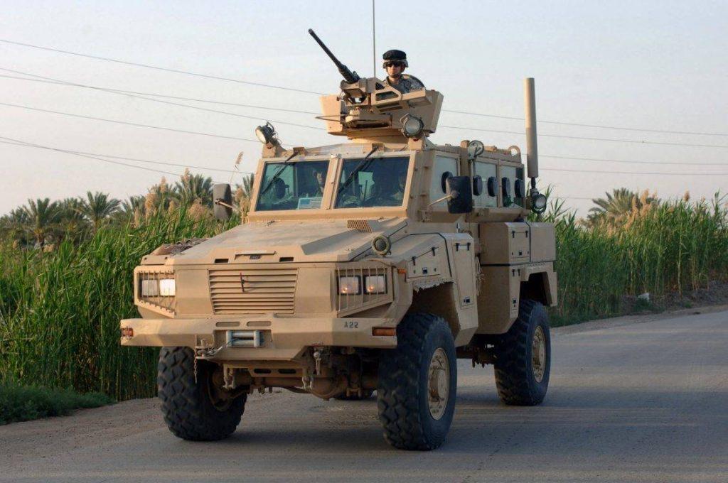 RG-31 Nyala perteneciente a la 10th Mountain Division es fotografiado mientras pasa por un control policial en Mahmudiyah, Baghdad. Algunos detalles dejan en evidencia que es uno de los primeros Nyala en llegar al TO, ya que carece de protección anti-francotirador en la torreta, intensificador de imagen para el conductor y blindaje adicional. (Foto: US Army SFC David D Isakson).