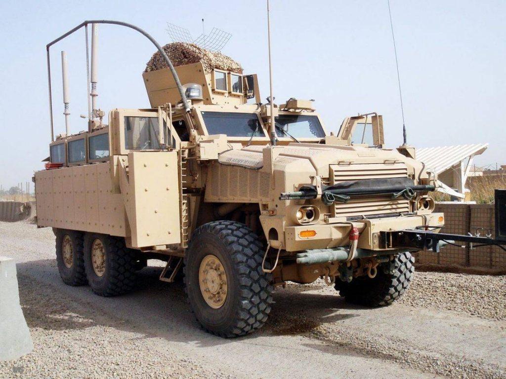 RG-33L completamente equipado para el TO de Irak. Al frente y adosado al paragolpes, el RHINO I, uno de los sistemas de contramedidas contra IED (el otro es el CREW). Los tubos de PVC por sobre el vehículo son para evitar que el tendido eléctrico o cables se enganchen en el vehículo, evitando electrocuciones. El pesado blindaje para hacer frente a los IED del tipo EFP abarca todo el lateral del vehículo, necesitando de un sistema hidráulico de apertura y cerrado para las puertas del conductor y acompañante. La torreta es una OGPK dotada con camuflaje. Foto: Internet