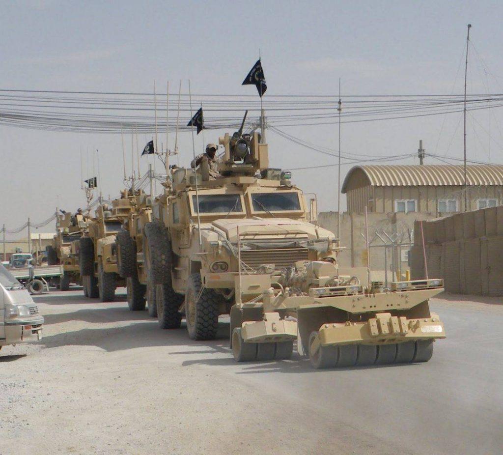 RG-33 versión SOCOM previo a su partida en una base en Kandahar. El primer vehículo ha sido equipado con un rodillo SPARK, contando con equipo CREW especialemte desarrollado para unidades especiales. (Foto: Q-Downrange)