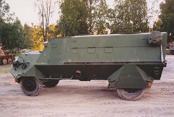 SKPF M/42 perteneciente al ejército sueco. Puede apreciarse claramente su casco en forma de cuña, lo que permite que la fuerza de la deflagración de una mina se disipe para los costados de vehículo.