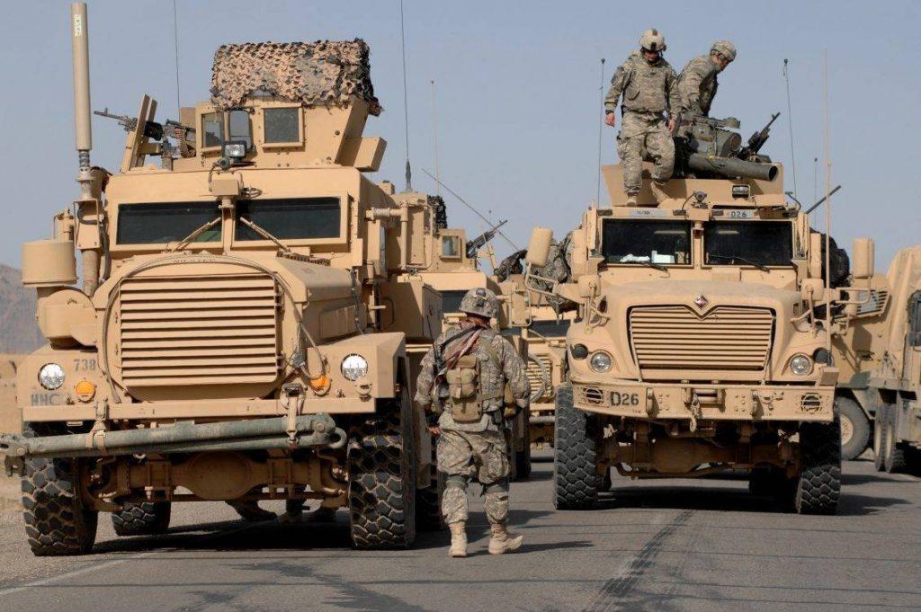 Convoy perteneciente a la 82nd Airborne Division durante una misión de escolta en el sur de Afganistán. A la izquierda un Cougar 4x4 y a su izquierda un MaxxPro Dash. Ambos vehículos se encuentran equipados con una gran cantidad de sistemas: Contramedidas CREW, torretas OGPK, intensificadores de imagen, TOW ITAS, reflectores y diversos equipos de comunicación. (USAF - Senior Airman Kenny Holston)