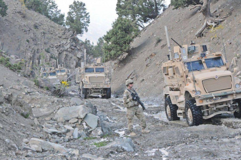 Soldados del 40th Cavalry Regiment toman posición durante una patrulla conjunta con el ejército Afgano en el distrito de Shewak. Los MRAP son MaxxPro Dash DXM, una de las últimas versiones equipada con suspensión independiente, obteniendo una mejor capacidad para circular en terreno agreste, como el de la imagen. Foto: U.S Army - Staff Sgt. Jason Epperson.