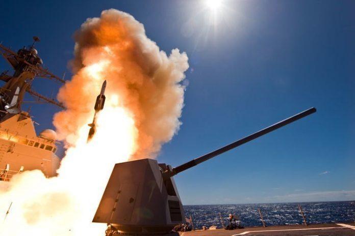 USS Dewey DDG105 realiza el primer lanzamiento de prueba del misil SM-6. Imagen: US Navy - USS Dewey PAO