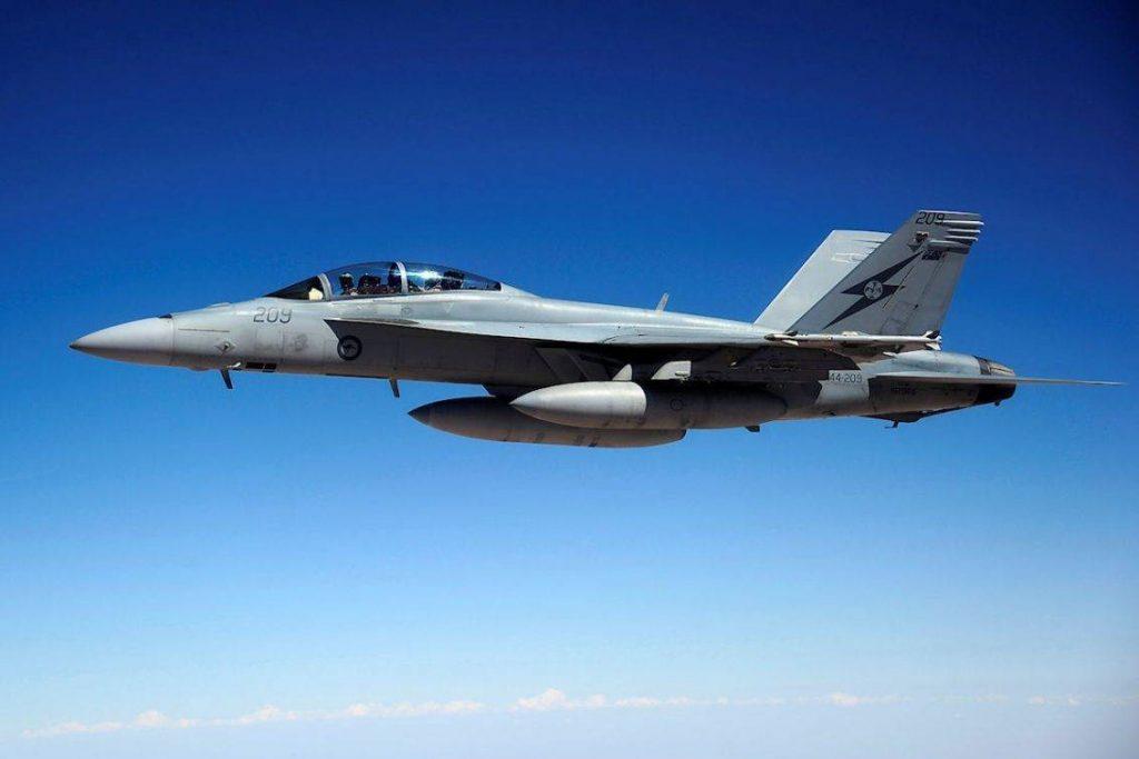F-18F Super Hornet de la RAAF fotografiado desde un KC-30 sobre territorio iraquí. Imagen: SGT Mick Davis - 1st JPAU -  Australia Department of Defence.