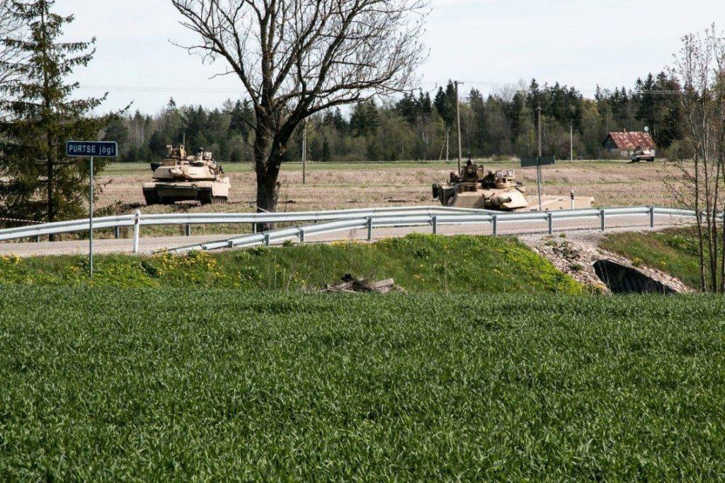 Tanques M-1A2 Abrams toman posición en torno al poblado Oandu, Estonia, antes de su avance. El ejercicio Siil también incluyó operaciones en zonas pobladas. Imagen: US Army - Sgt. 1st Class Joshua S. Brandenburg