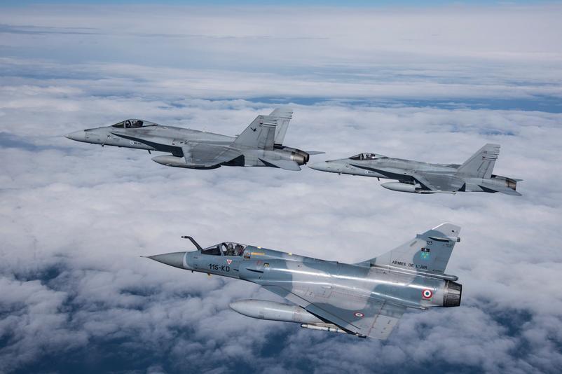Mirage 2000C del Armée de l'Air forma junto a dos  F-18 Hornet finlandenses durante ACE 2015. Imagen: Armée de l'Air.