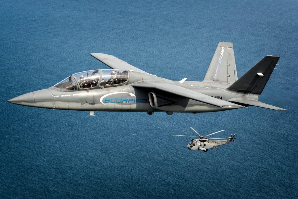 Textron Scorpion junto durante el vuelo de demostración de sus capacidades de vigilancia marítima.  Imagen: Lloyd Horgan -  Textron Airland