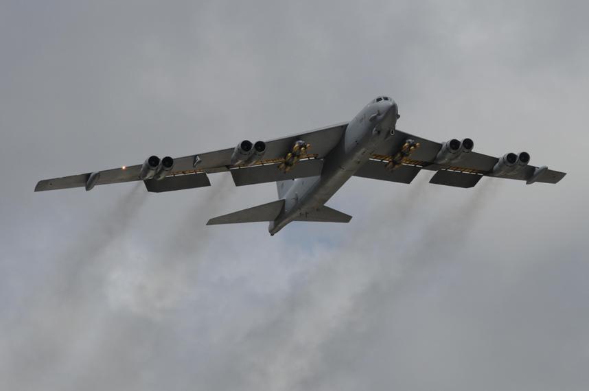 B-52 Stratofortress despega con su carga de bombas. Imagen: USAF.