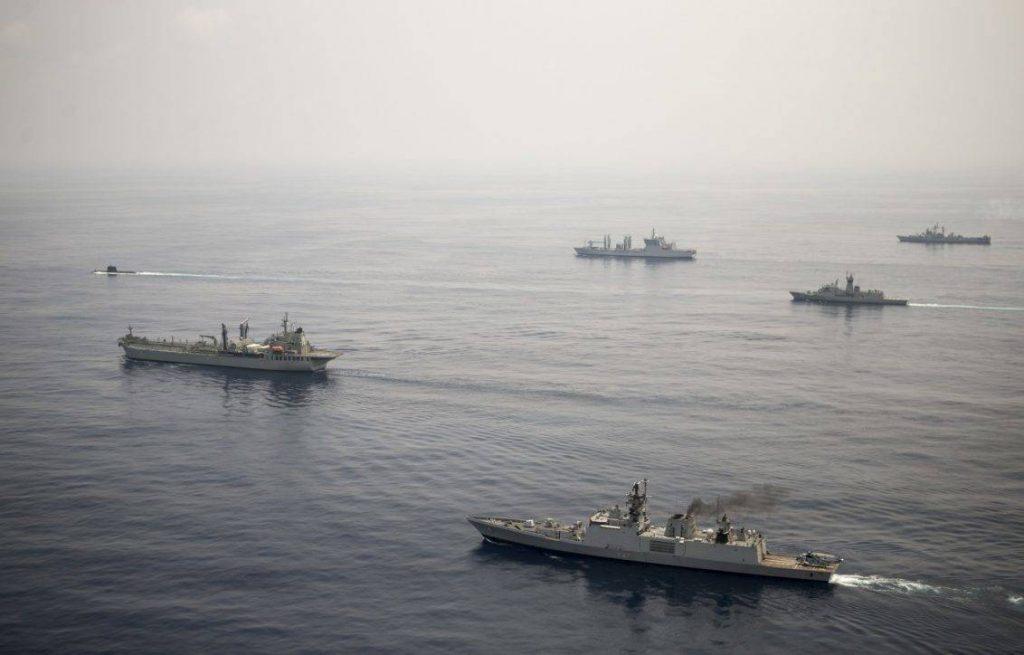 Etapa de mar del ejercicio AUSINDEX 2015, realizado entre las armadas de la India y Australia. Dentro de la estrategia australiana se encuentra reforzar el arco del Indo-Pacífico. Imagen: MoD - LSIS Bradley Darvill.