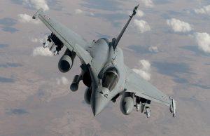 """Dans le cadre d'une action internationale contre """"l'état islamique"""", la France s'engage dans une coalition avec ses moyens prépositionnés dans le golfe persique. Les premières missions réalisées sont des missions de renseignement réalisées par les Rafale de l'escadron de chasse 3/30 Lorraine basés sur la base aérienne 104 et assistés par un Boeing C135FR du groupe de ravitaillement en vol 2/91 Bretagne. Après trois jours de missions ISR, les Rafale de l'escadron 3/30 participent au sein de la coalition aux missions de bombardement. Après trois semaines d'activité, trois Rafale en provenance de France arrivent pour renforcer le dispositif français. Ils sont accompagnés par un C135FR """"réno 2"""" qui vient relever celui qui était en place actuellement. Le vendredi 17 octobre, un Rafale équipé de 4 GBU12 survolle le territoire irakien."""