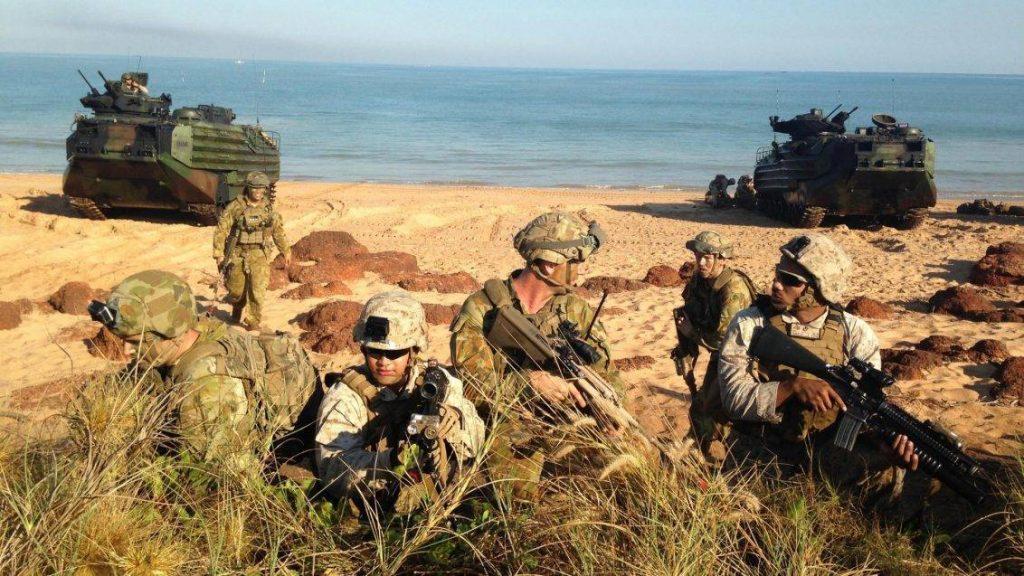 Soldados de la ADF y marines se entrenan en las costa australianas durante el último ejercicio Talisman Sabre 2015. La presencia de los marines en Australia forma parte de la estrategia de EEUU para el re-balanceo de fuerzas en el Pacífico. Imagen: USMC - Sgt. Sarah Anderson.