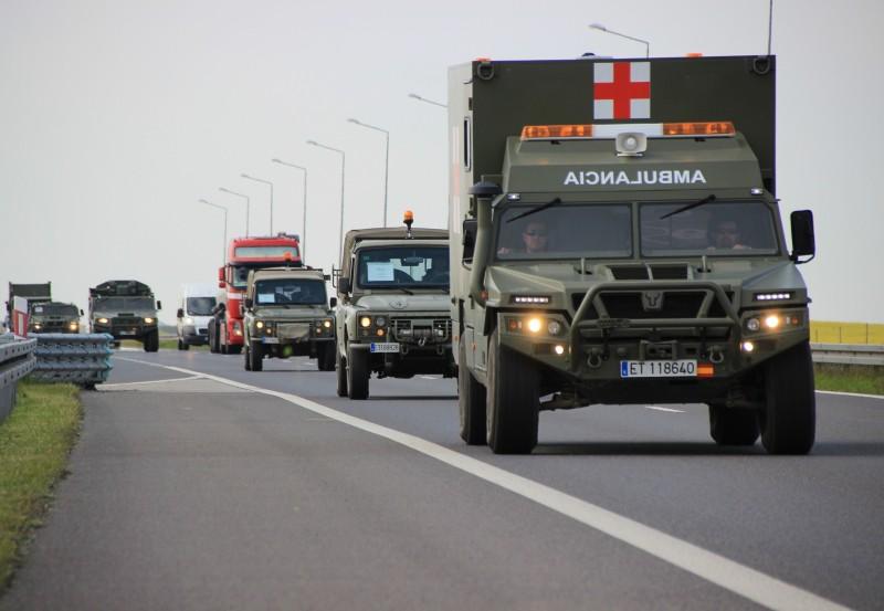 Columna de vehículos españoles avanzan por una autopista polaca camino al campo de instrucción de Zagan. Imagen: Allied Joint Force Command Brunssum.